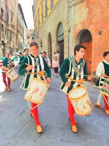 Historic parades in antique dress makes its way through the streets of Siena :: Bike Florence & Tuscany